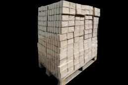 Holzbriketts verpackt, auf Palette gestapelt
